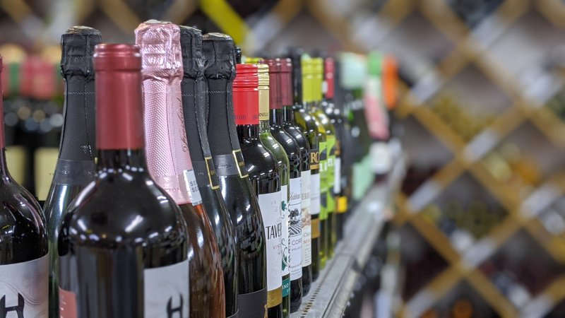 豊富な種類のワインの写真